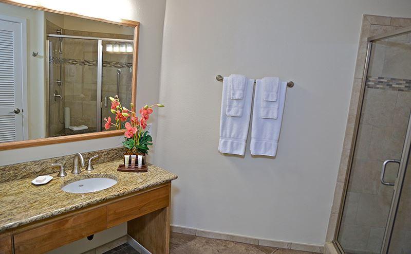 princeville-kauai-hawaii-wyndham-shearwater-bathroom2