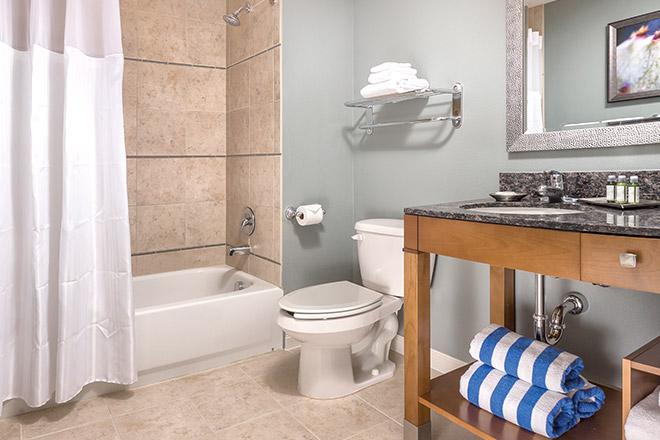 wyndham-desert-blue-bathroom